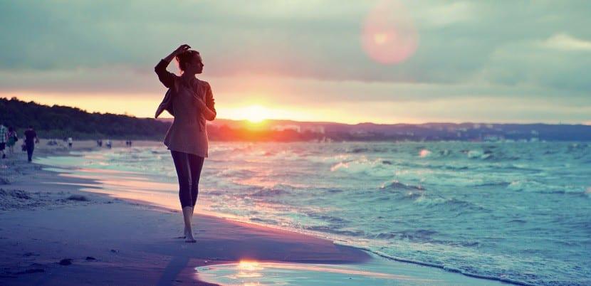 mujer paseando paz