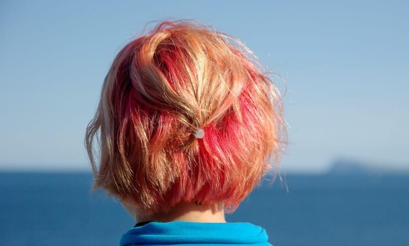 Mechas en rosa sobre cabello rubio