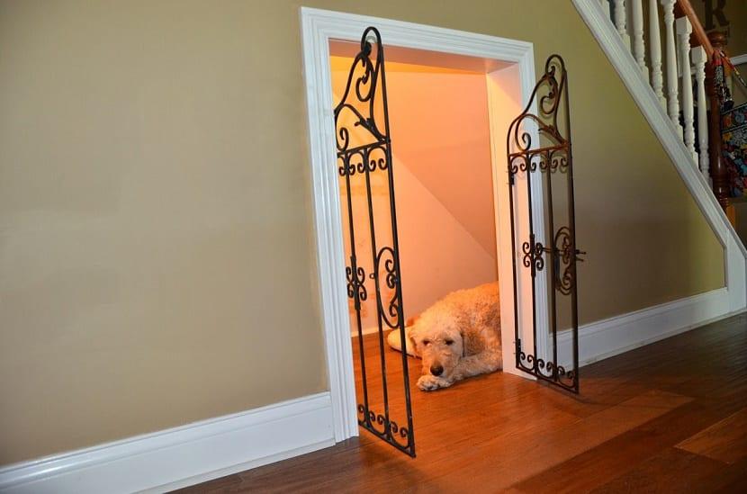 Ideas creativas para aprovechar el espacio de debajo de la for Sofa bajo escalera