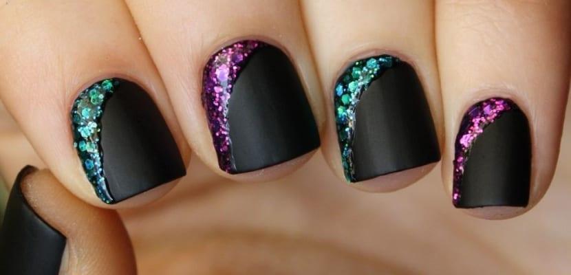 Esmaltes de colores para uñas en negro