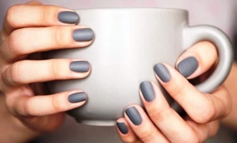 Manicura invernal con esmalte gris