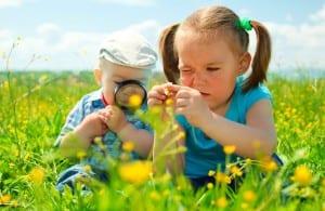 niños jugando en la naturaleza