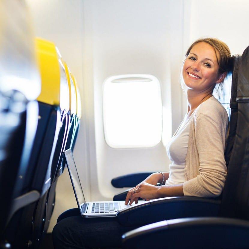 mujer guapa que viaja en avión