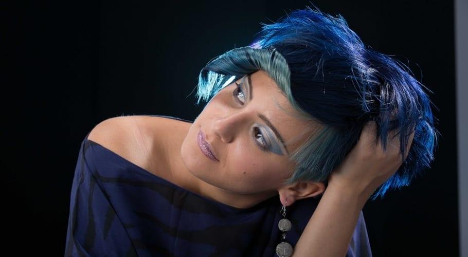 Pelo corto en color azul