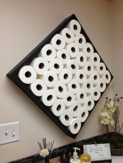 Cabecero de cama hecho con rollos de papel el water