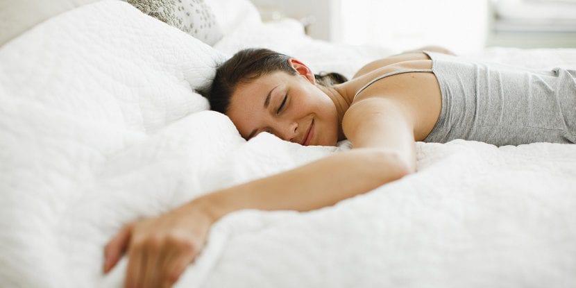Mujer escuchando música para dormir