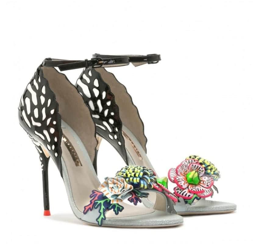 Zapatos con adornos de flores