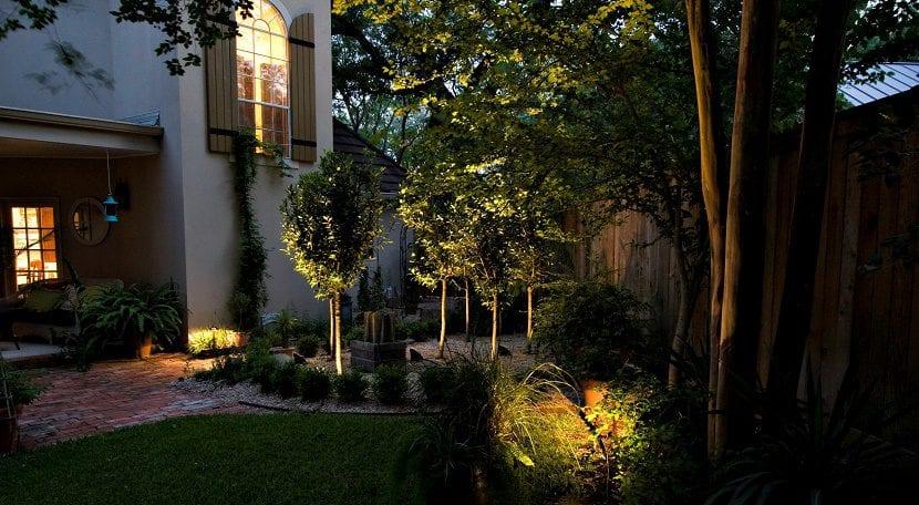 decorar el jardín con pequeños detalles