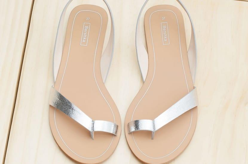 Sandalia sencilla en plateado