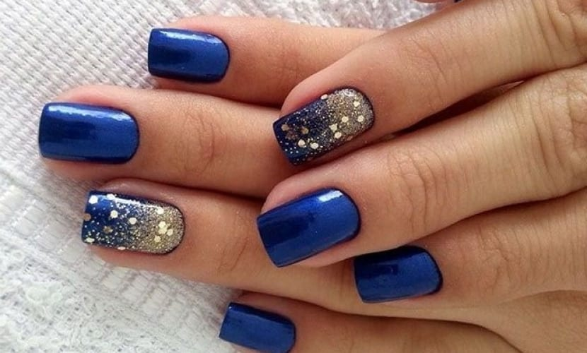 Manicura azul con purpurina