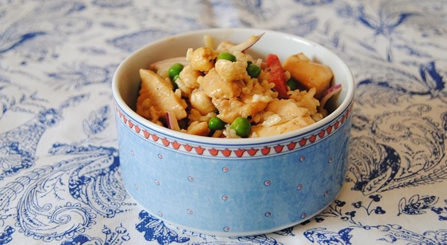 Ensalada de pollo, arroz y salsa de soja