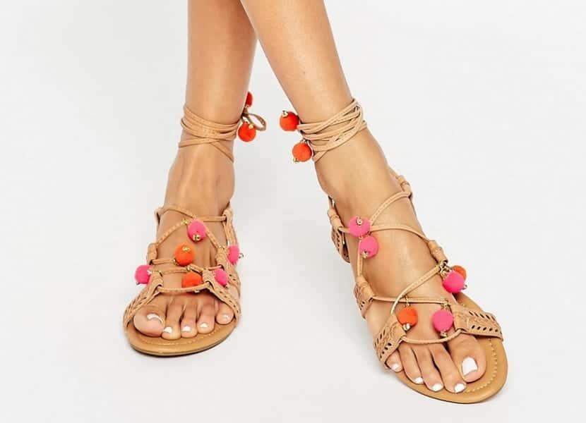 Sandalias romanas con pompones