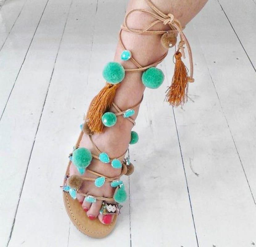 Sandalias con pompones en azul