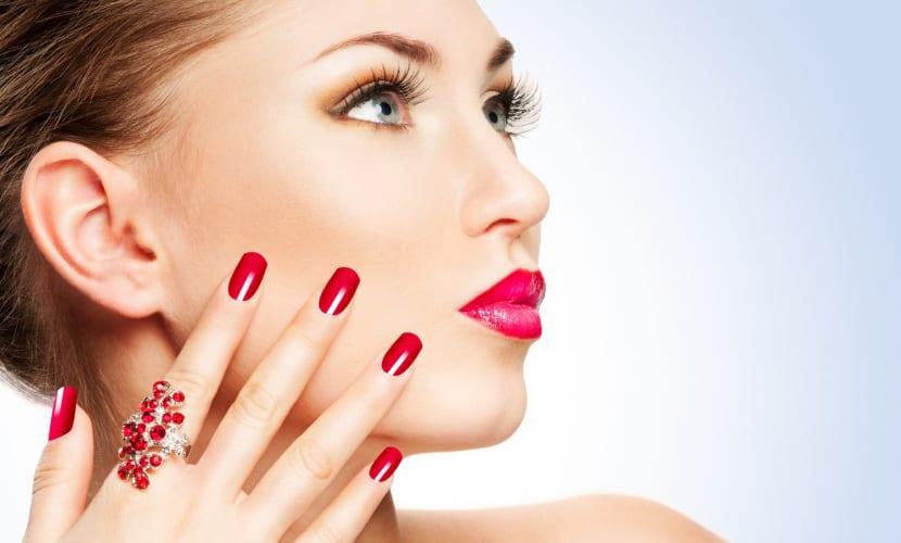 Uñas de gel y maquillaje