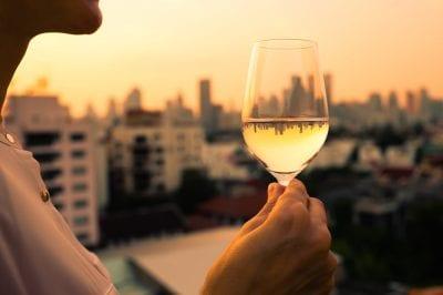 ¿Por qué tenemos que tomar una copa de vino al día?