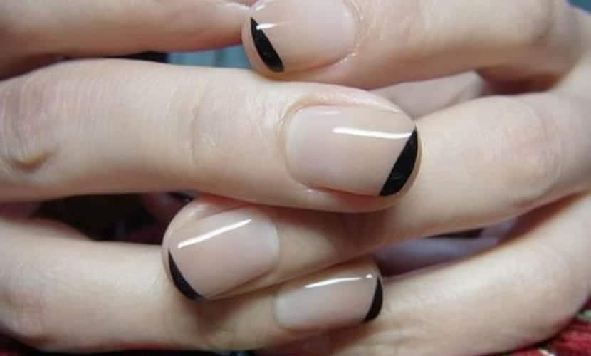 Manicura francesa sencilla en negro