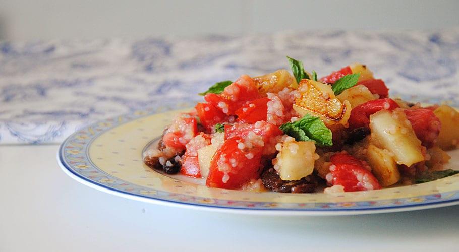 Ensalada de quinoa, tomate y pera