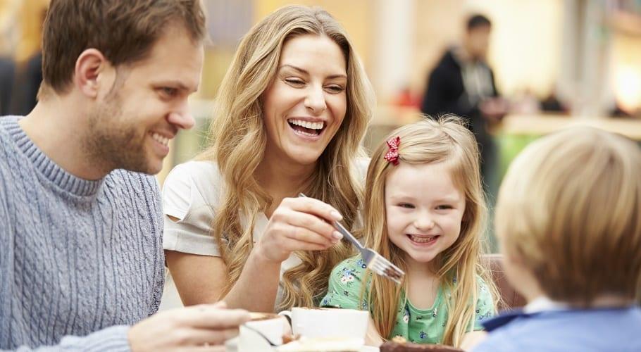 familia comiendo junta