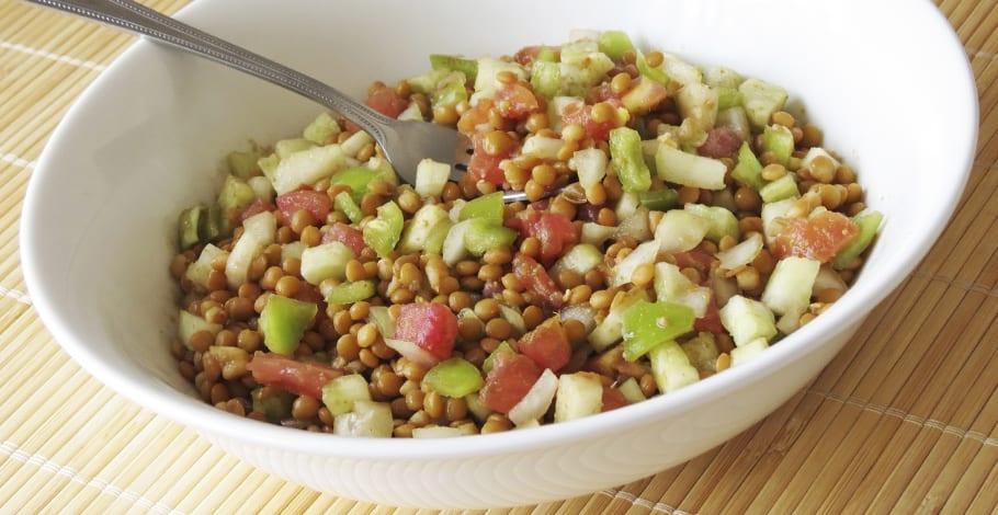 Receta de ensalada de lentejas con tomate, pepino y pimiento.