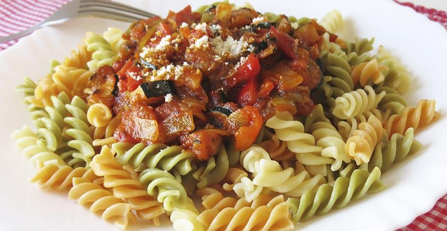 Espirales de pasta de verduras con salsa de pisto