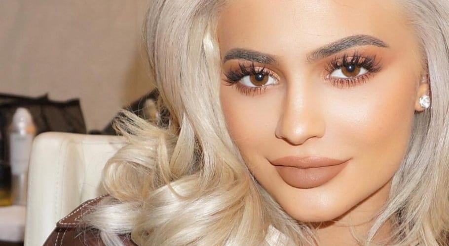 Kylie Jenner cabello rubio platino