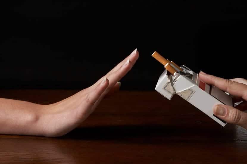 Mujer rechazando un cigarro