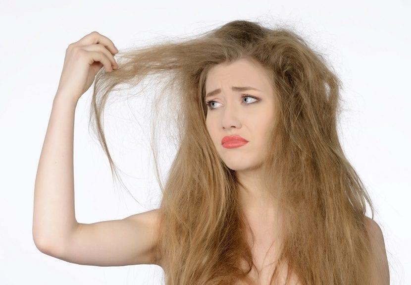 Mujer con cabello deshidratado