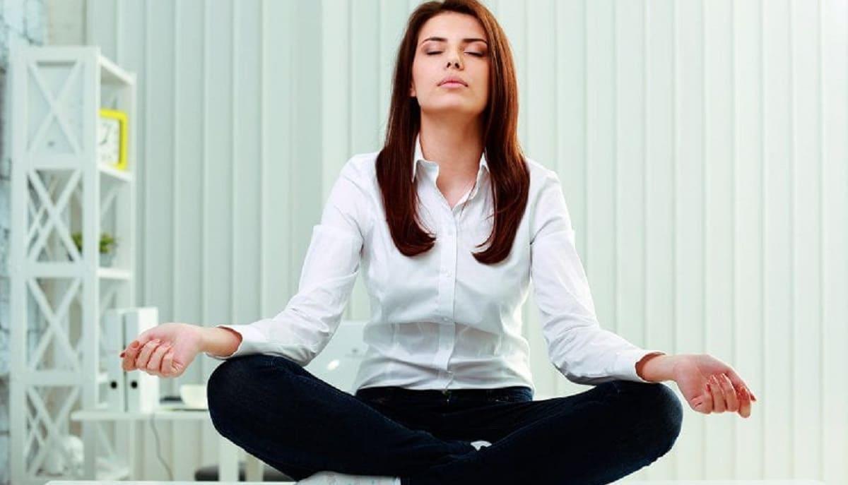 Mujer meditando relax