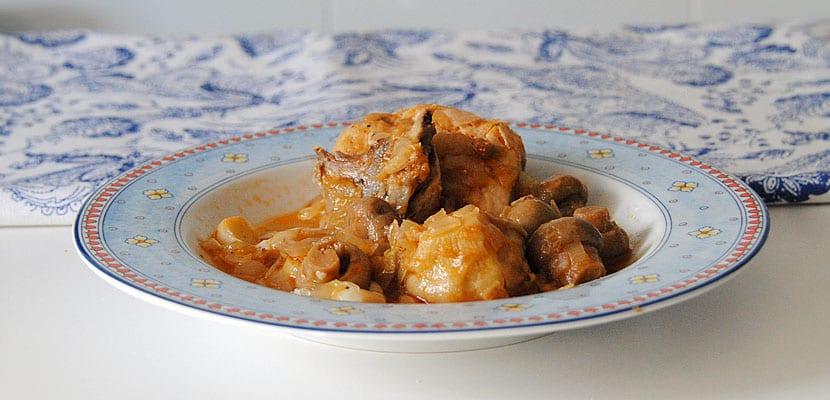 Pollo guisado con champiñones y alcachofas