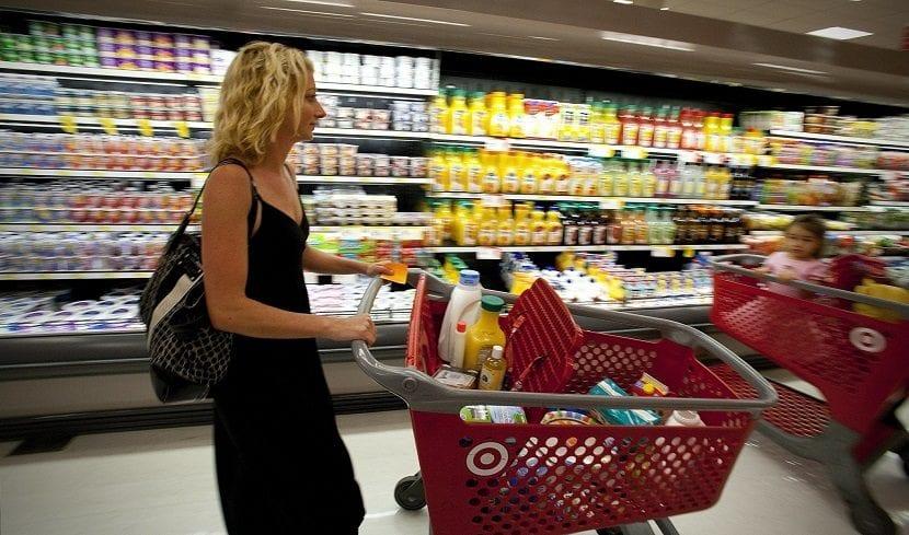 Mujer con carro de la compra en un supermercado