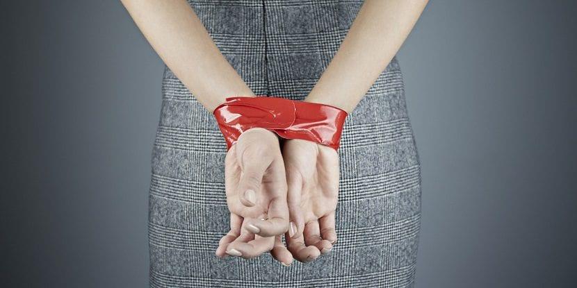 Mujer con las manos atadas con una cinta