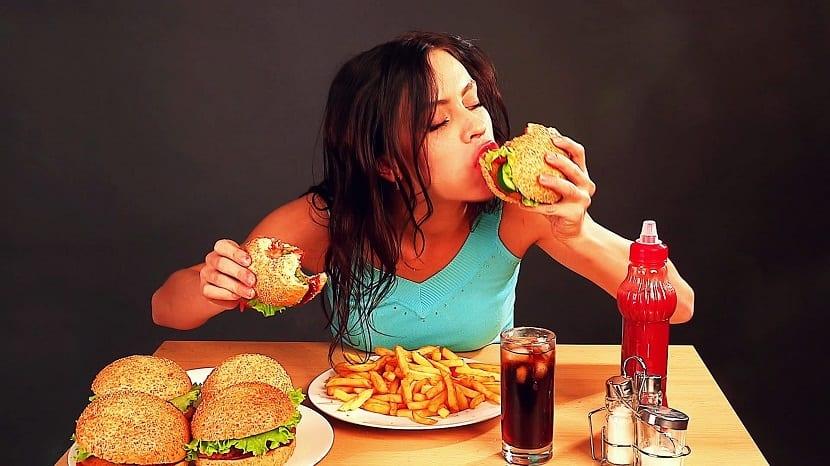 Chica comiendo hamburguesas