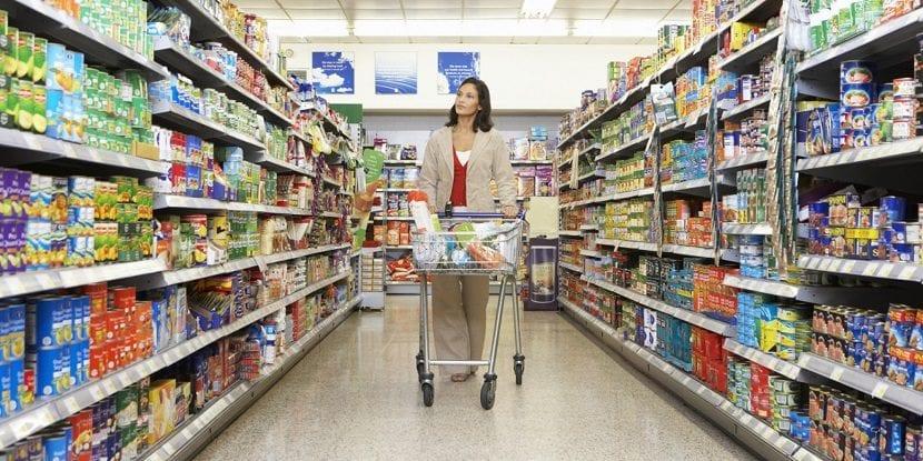Mujer comprando en un supermercado