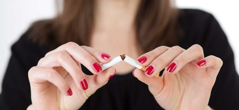 Mujer rompiendo cigarro