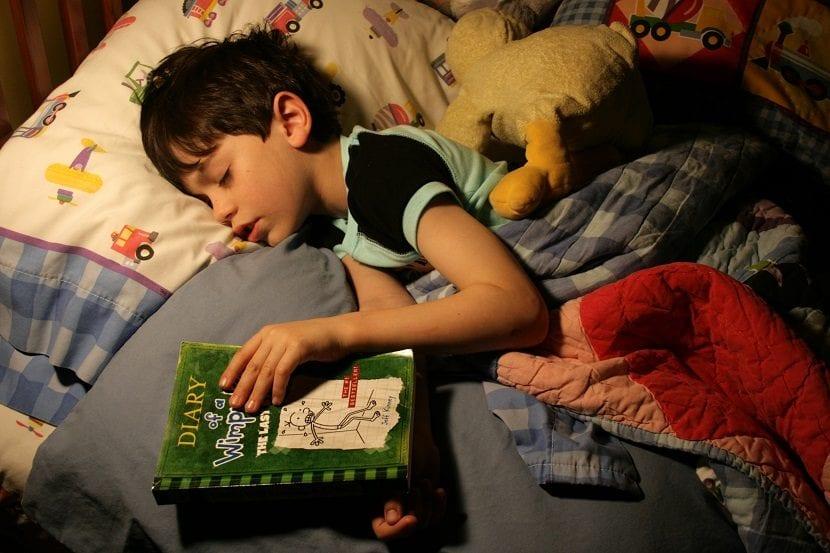 Niño durmiendo en su cama