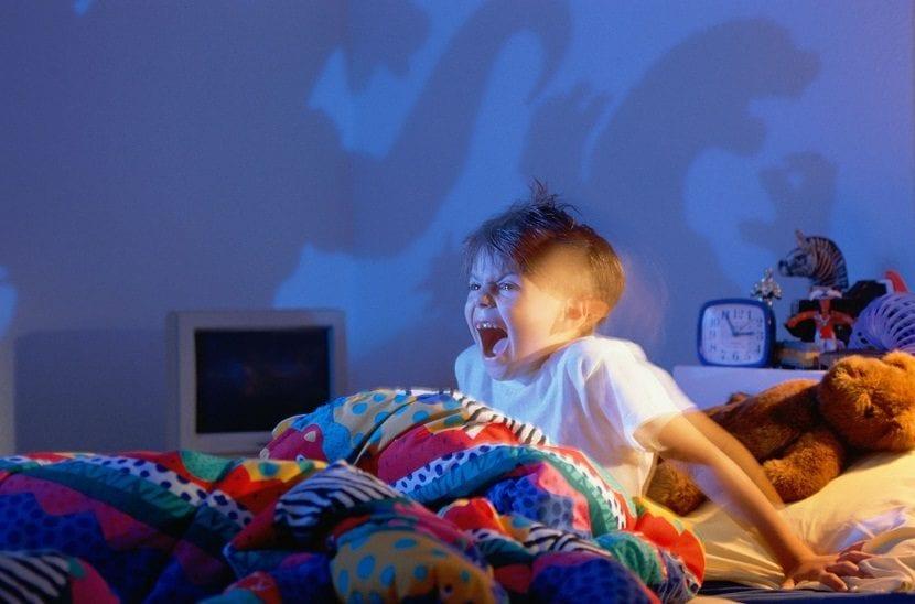 Niño experimentando un terror nocturno