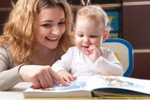 Bebé mirando un libro con su madre