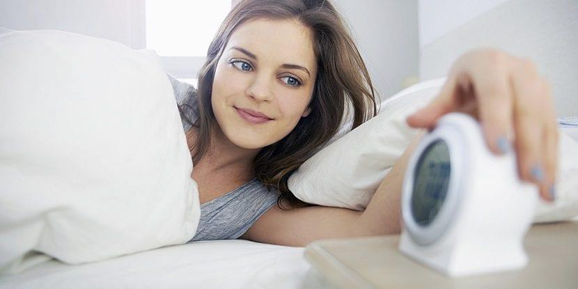 Chica apagando el despertador