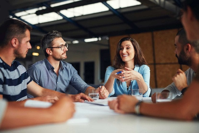 Trabajadores en una reunión laboral