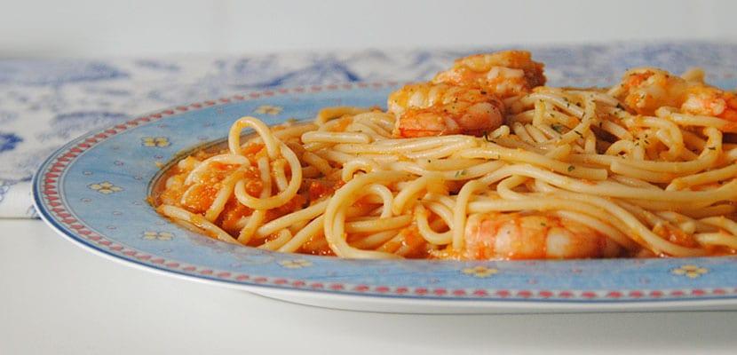 Espagueti con salsa al curry y gambones