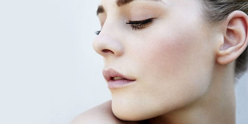 Rostro de mujer sin marcas de acné