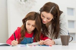 Madre ayudando a su hija a preparar un examen