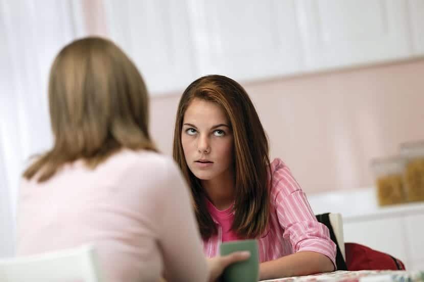 Madre hablando con su hija adolescente