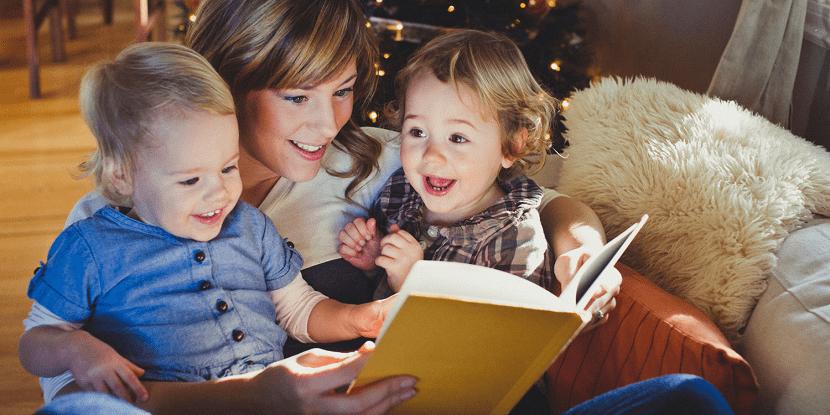 Madre leyendo un libro a sus hijos
