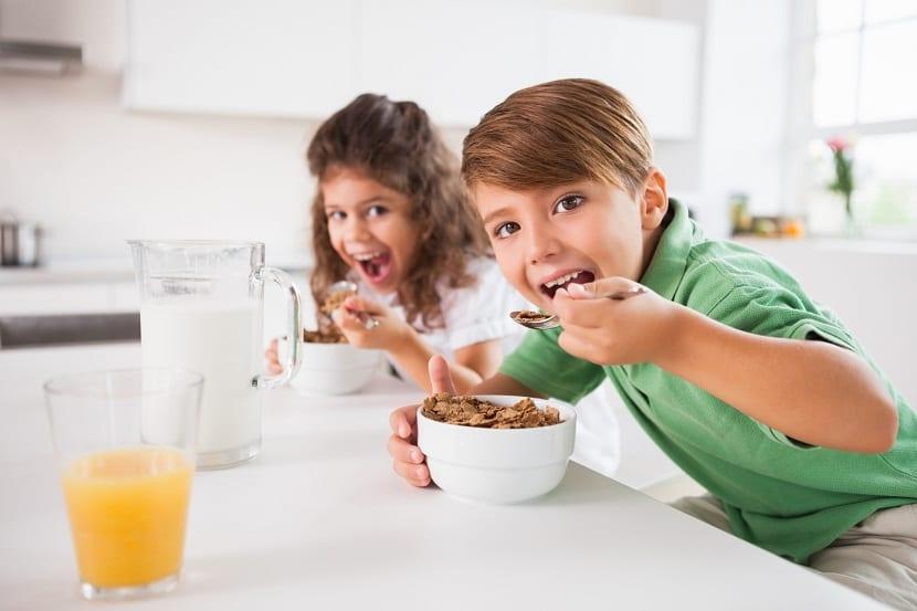 Niños desayunando