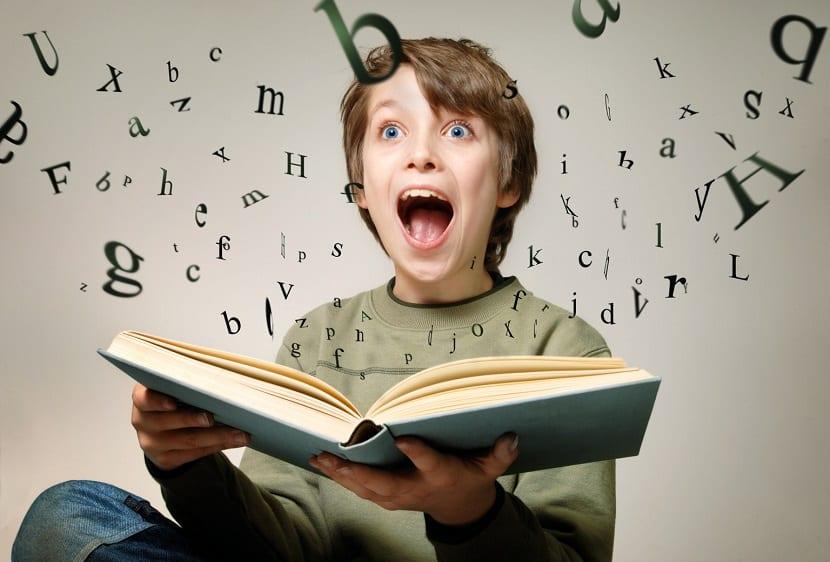 Niño con un libro en sus manos
