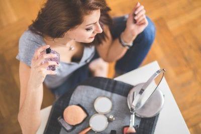 Descubre los mejores trucos para que tu perfume dure más