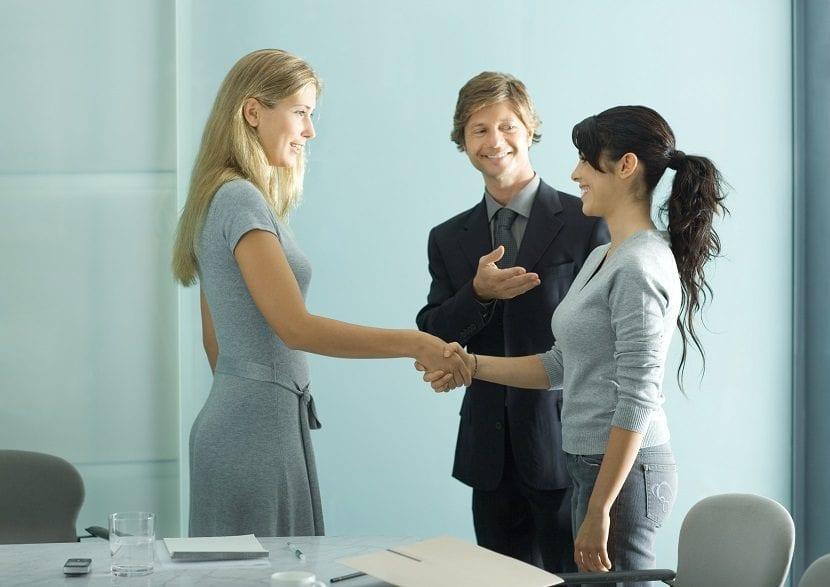 Jefe presentando a empleadas el primer día de trabajo