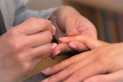 Déjate llevar por las modernas ideas de manicura francesa