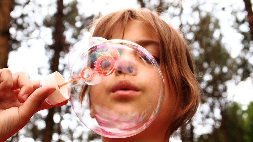 Niña soplando burbujas